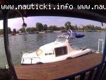 Plastičan čamac sa kabinom i motorom